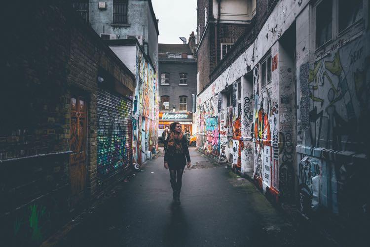 girl-in-alley